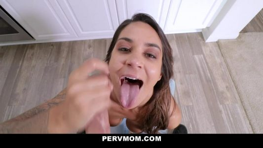 Perverted stepmom loves to give head